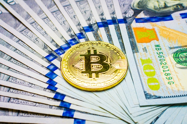 Pièce ethereum et billets de cent dollars en dollars