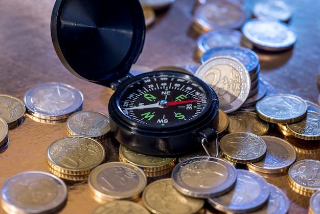 Pièce en euro et boussole