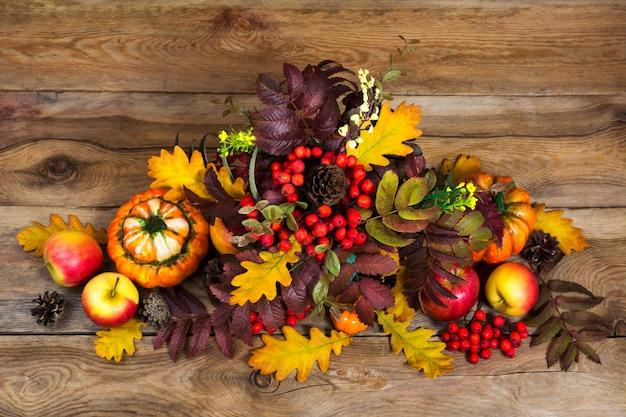 Pièce maîtresse de thanksgiving avec des baies, des feuilles de rowan et de chêne