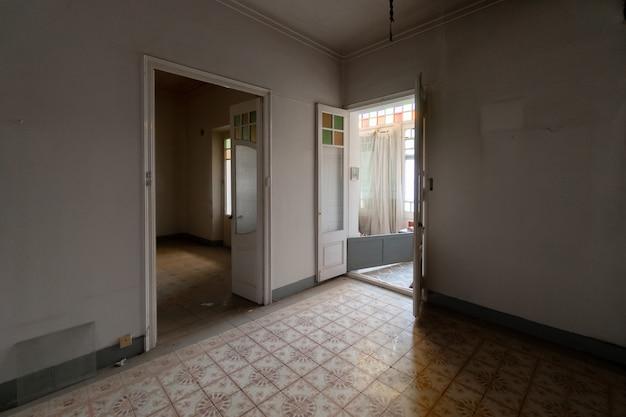 Pièce majestueuse et vide de la maison abandonnée