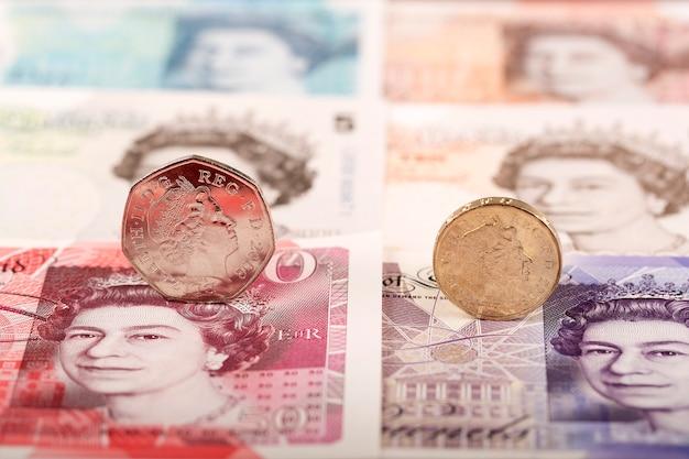 Pièce de monnaie anglaise sur fond de billets