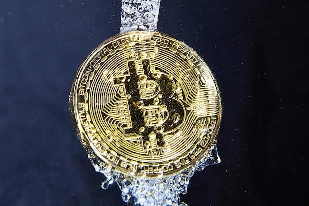 Pièce de monnaie bitcoin dans le concept de blanchiment d'argent éclaboussures d'eau