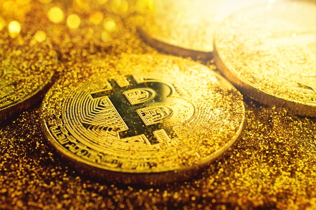 Pièce de monnaie bitcoin doré avec paillettes s'allume grunge crypto concept de fond de devise.