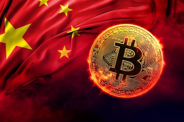 Pièce de monnaie bitcoin dorée brûlante sur le fond du drapeau chinois