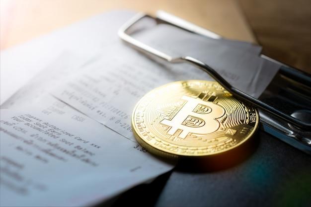 Pièce de monnaie en bitcoins dorée avec bill holder.