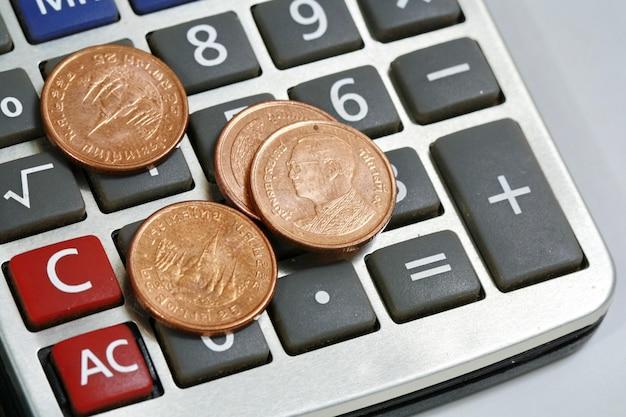 Pièce de monnaie sur la calculatrice
