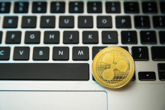 Pièce de monnaie circle ripple sur le dessus des boutons du clavier de l'ordinateur.
