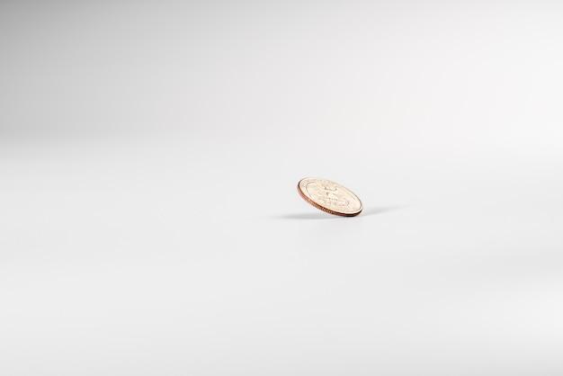 Pièce de monnaie dollar tournant sur fond blanc, concept de l'économie américaine.