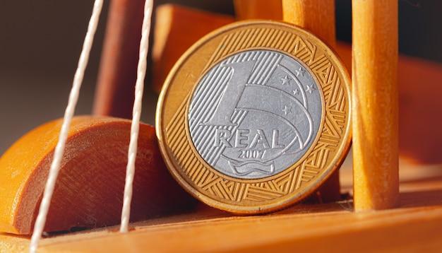 Pièce de monnaie du brésil réel en macro photo sur un objet en bois