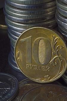 Pièce de monnaie russe en dénomination de 10 roubles (inverse) contre d'autres roubles russes de diverses dénominations. macro.