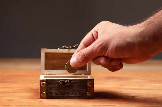 Pièce de monnaie et vieux petit coffre sur la table