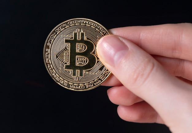 Pièce d'or bitcoin ou btc avec signe de crypto-monnaie.