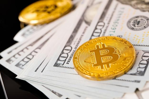 Pièce d'or bitcoin sur les dollars américains se bouchent. monnaie crypto électronique