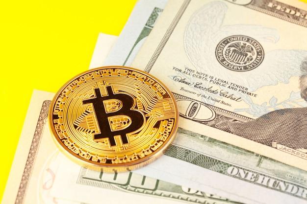Pièce d'or bitcoin et dollars américains