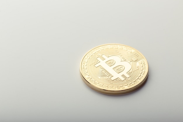Pièce d'or bitcoin isolée on white