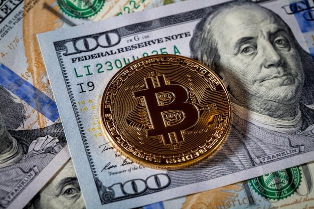 La pièce d'or bitcoin sur nos dollars se bouchent. crypto-monnaie électronique