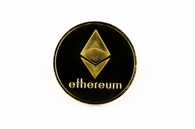 Pièce d'or ethereum isolé sur fond blanc