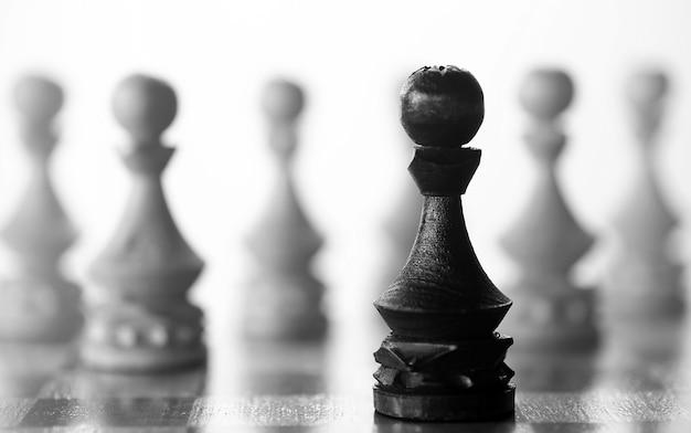 Pièce de pion pièce d'échecs à bord sur fond blanc