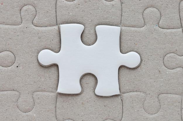 Une pièce de puzzle sur le fond du puzzle.