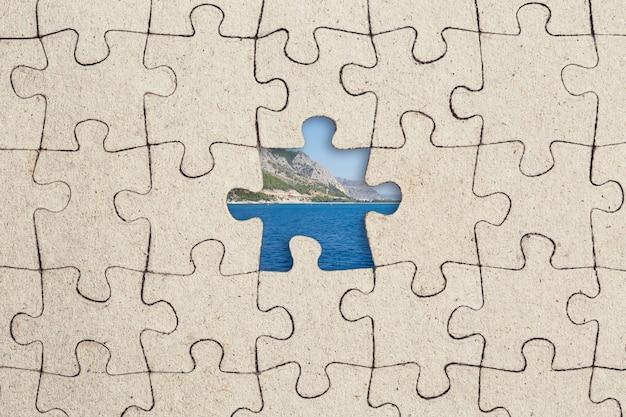 Pièce de puzzle manquante et mer à l'intérieur.