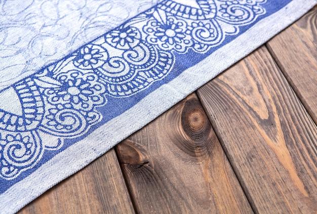 Pièce de tissu bleu sur table en bois