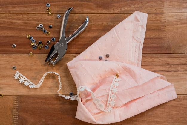 Pièce de tissu avec des boutons et agrafeuse