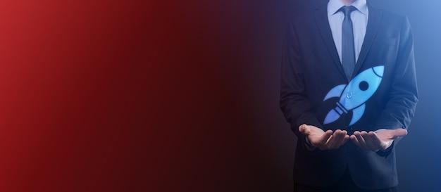 Une pièce vide. un homme d'affaires en costume sur fond noir tient son geste protecteur des mains. un geste de bienveillance et de mécénat.