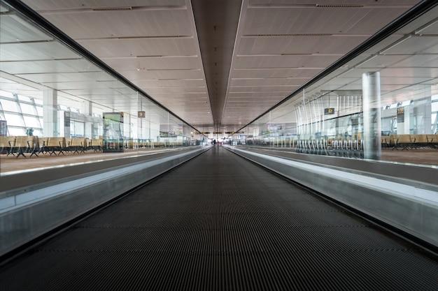 Pièce de voyageur. concept de la trajectoire de mouvement. passerelle mobile dans le terminal de l'aéroport, concept de voyage. escalator plat droit.