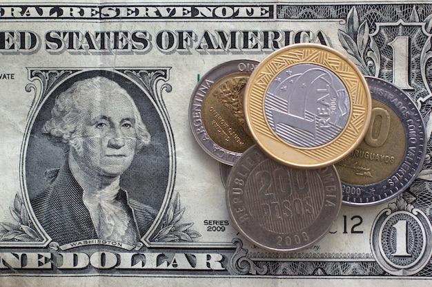 Pièces d'amérique latine sur billet d'un dollar