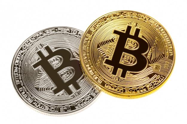 Pièces d'argent et d'or bitcoin isolés sur blanc