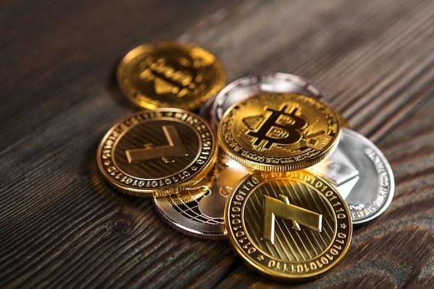 Pièces d'argent et d'or avec bitcoin, ondulation et symbole ethereum