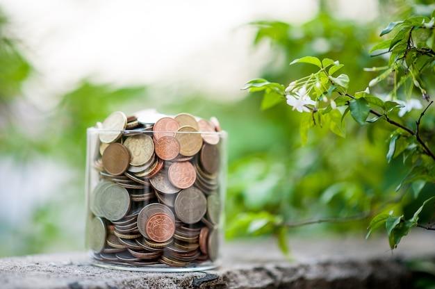 Pièces d'argent placées ensemble dans des groupes.