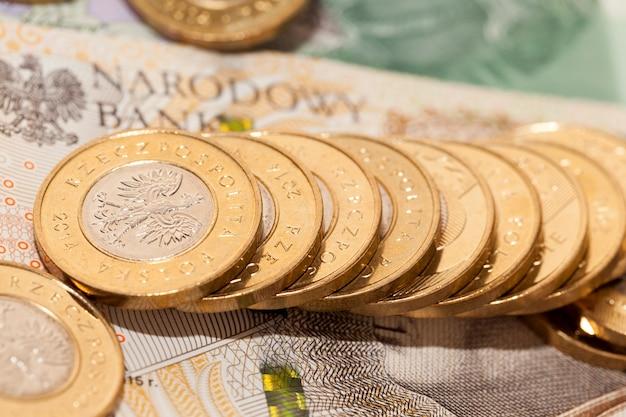 Pièces d'argent polonais doré et factures papier couchés ensemble