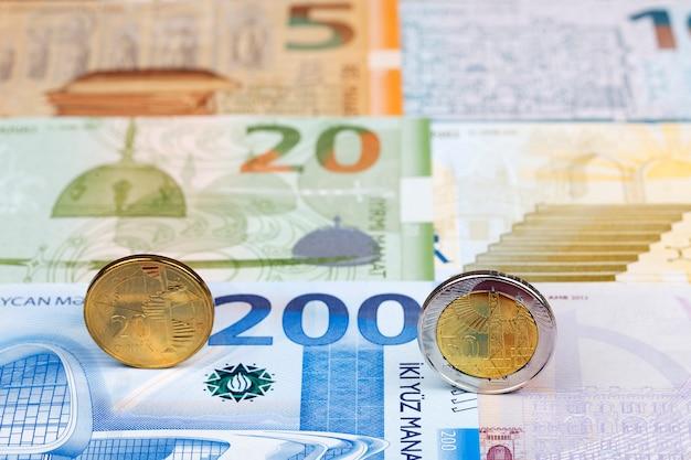 Pièces d'azerbaïdjan sur le fond de l'argent