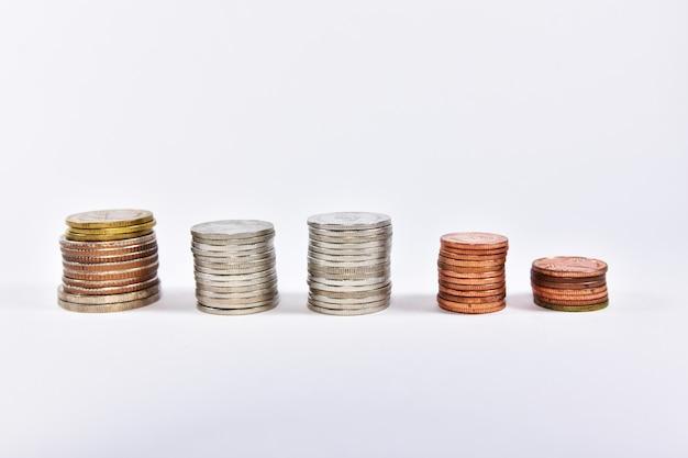 Pièces en baht thaïlandais. concept argent finance entreprise monnaie isolé pièce investissement