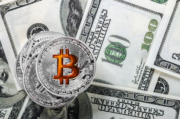 Pièces de bitcoin sur fond de dollars