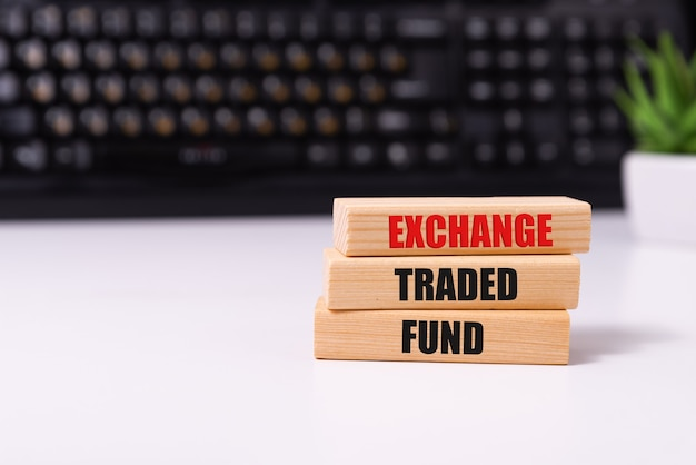 Pièces en bois avec le texte etf, exchange traded, fund