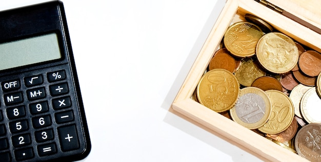 Pièces et calculatrice, différents montants, espace copie, sur fond blanc