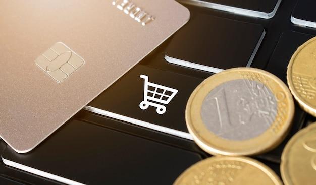 Pièces de carte de crédit et icône de carte d'achat sur le clavier noir concept d'achat en ligne