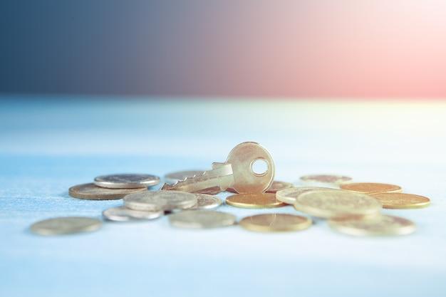 Des pièces et une clé sur la table