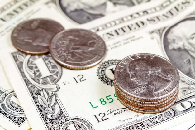 Pièces contre des billets en dollars américains gros plan