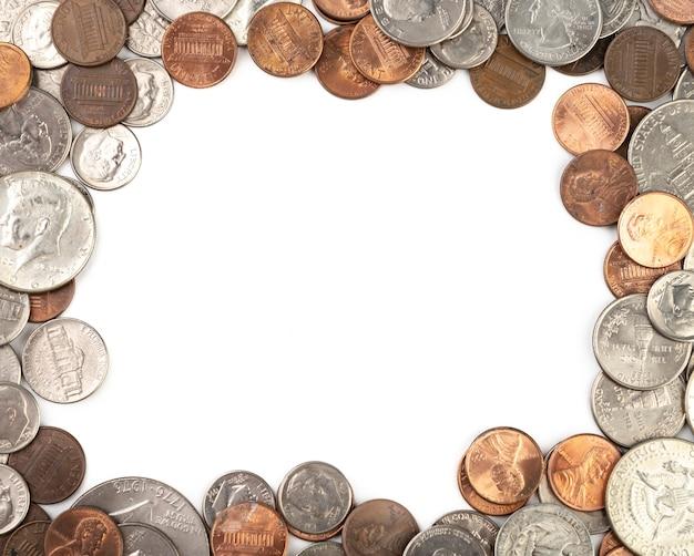 Pièces en dollars des états-unis sur fond blanc avec espace de copie.