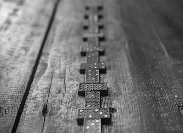 Pièces de domino sur table en bois concept de voie à suivre dans un avenir imprévisible flou