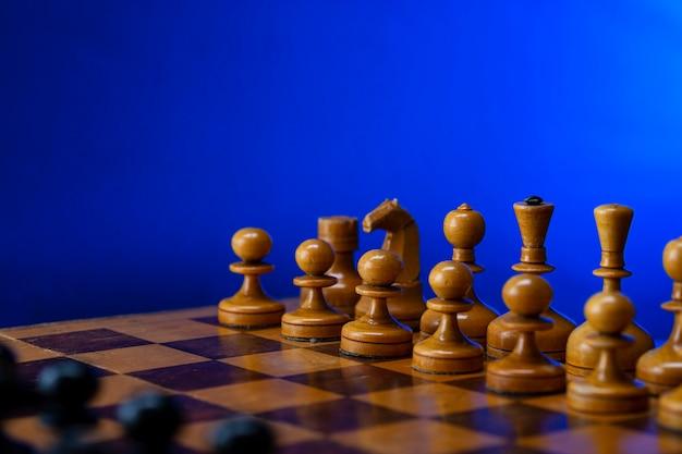 Pièces d'échecs blanches sur un échiquier