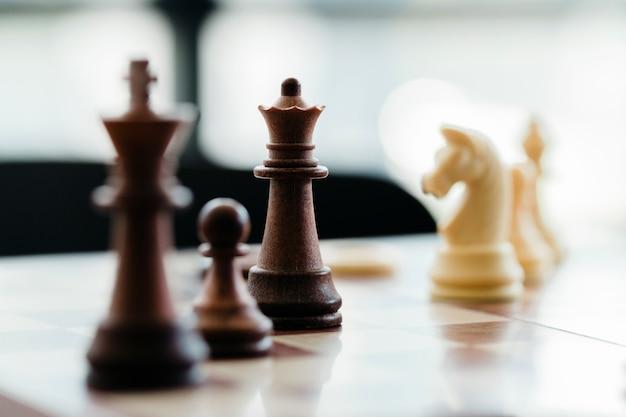 Pièces d'échecs en bois à bord
