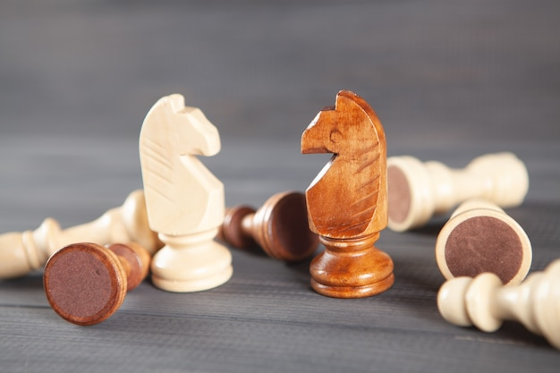 Pièces d'échecs en bois sur fond de bois