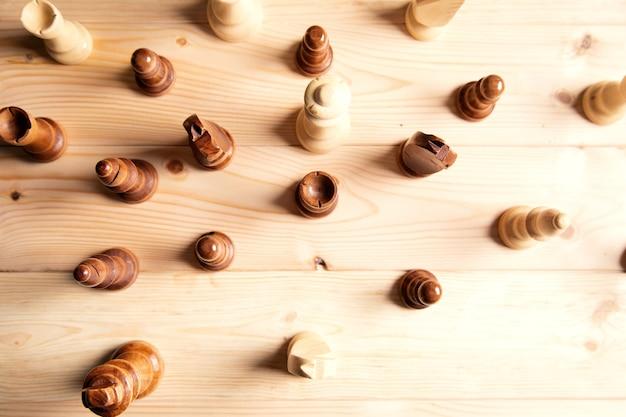 Pièces d'échecs en bois sur une surface en bois