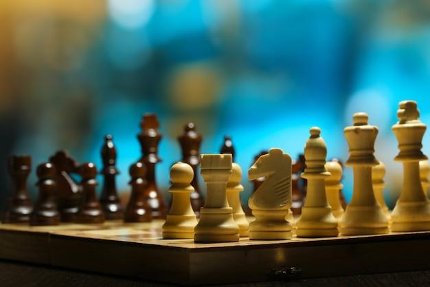 Pièces d'échecs à bord sur fond clair