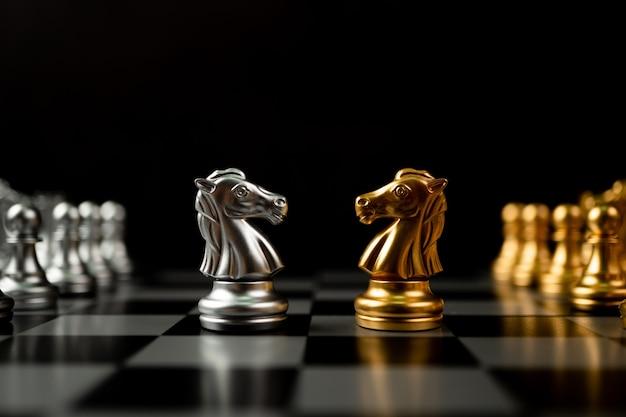 Pièces d'échecs de cheval d'or et d'argent