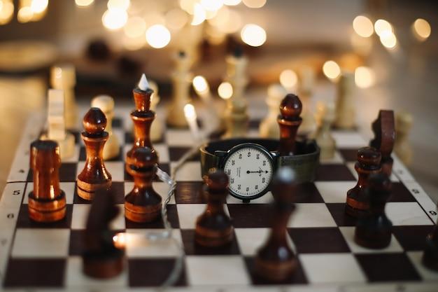 Pièces d'échecs sur un échiquier en bois